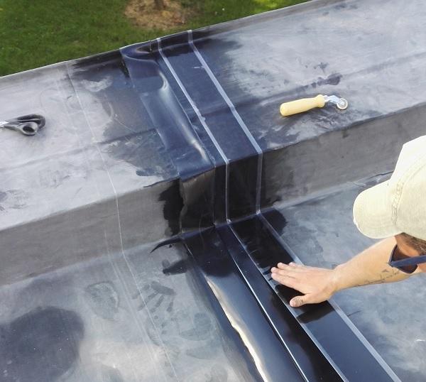 Oprava plochej strechy - lepenie spájacieho pásu