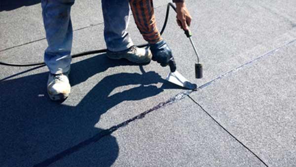Oprava plochej strechy - nahrievanie asfaltových pásov